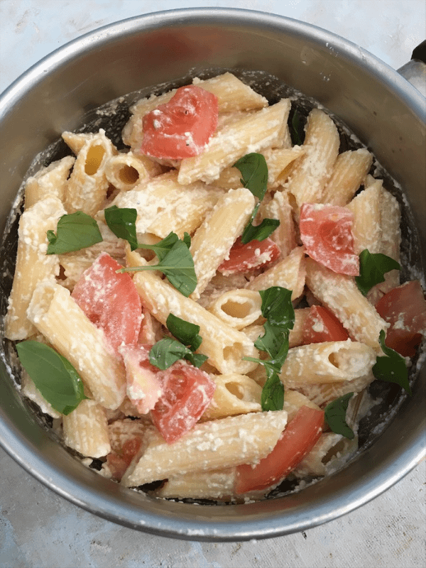 Cheesy tomato & basil pasta in a pot