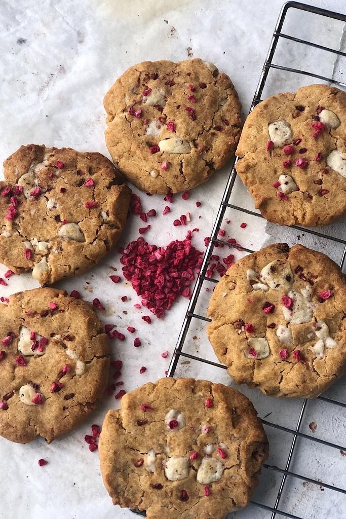 circle of whit chocolate raspberry cookies